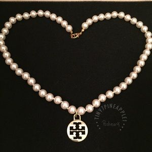✅ 🆕 LARGE TORY BURCH LOGO CHARM PEARL NECKLACE